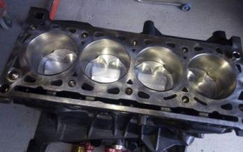 bloque de motor renault clio sport con pistones estampados de alta compresion